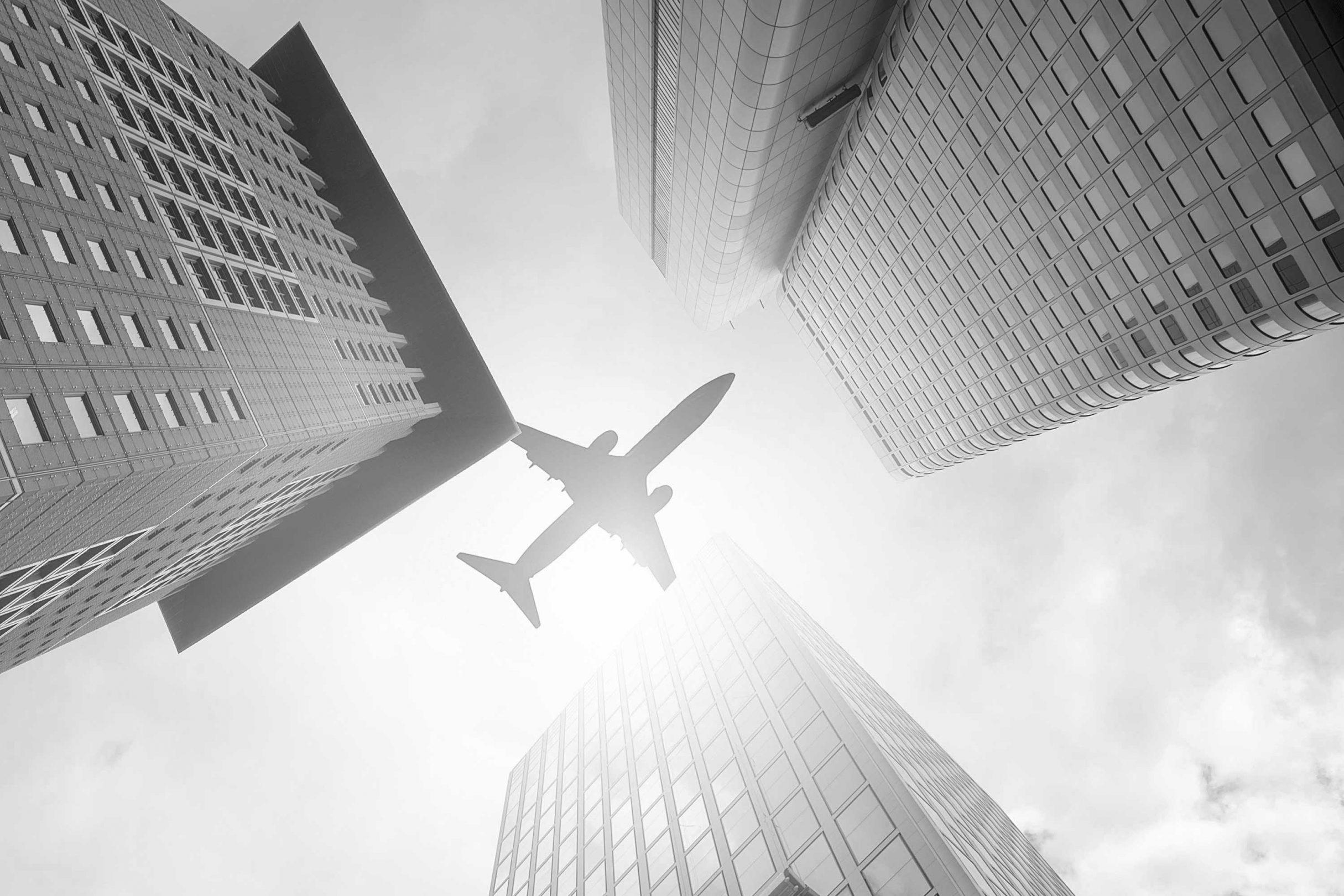 Flugzeug über Hochhäusern