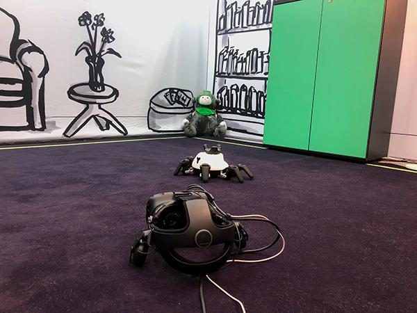 Cody mit Hexabot und VR Brille