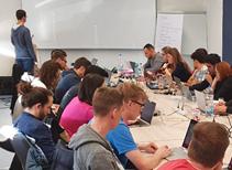 Studenten der Hochschule Bonn Rhein Sieg arbeiten an Tischen während des Machine Learning Praktikums
